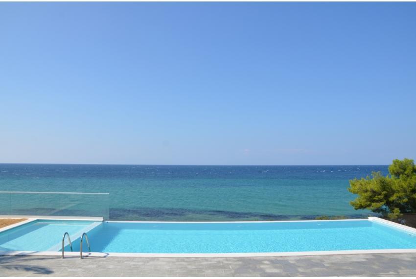 Къща с басейн Халкидики Гърция  на първа линия до морето